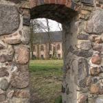 Heiligengrabe_Blick-durch-Mauer