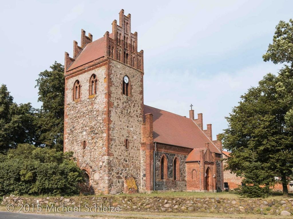 Dorfkirche von Baek: Nur der Turm mit seinem Fialgiebel stammt aus dem späten Mittelalter