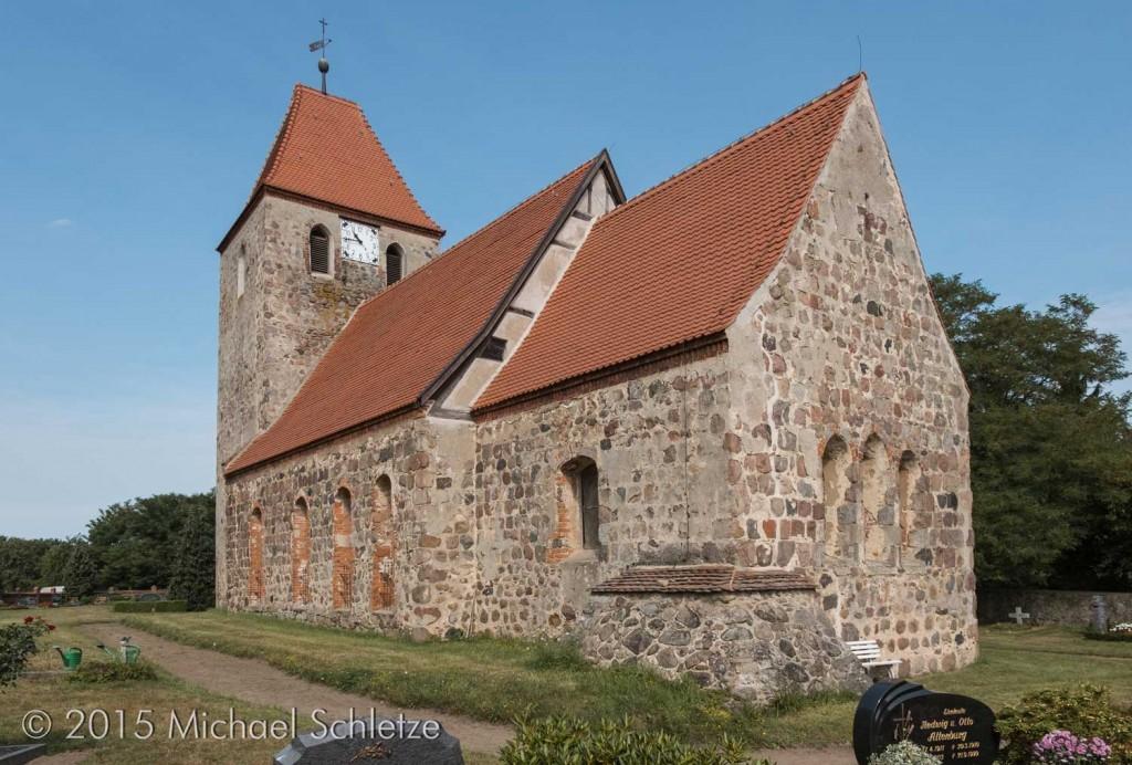 Boberows Kirche von Südost: Ein beeindruckender Feldsteinbau