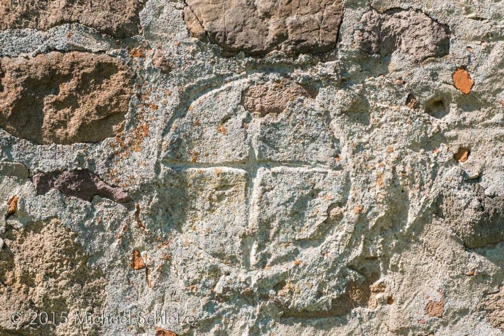 In den Putz geritztes Kreuzzeichen an der Ostwand