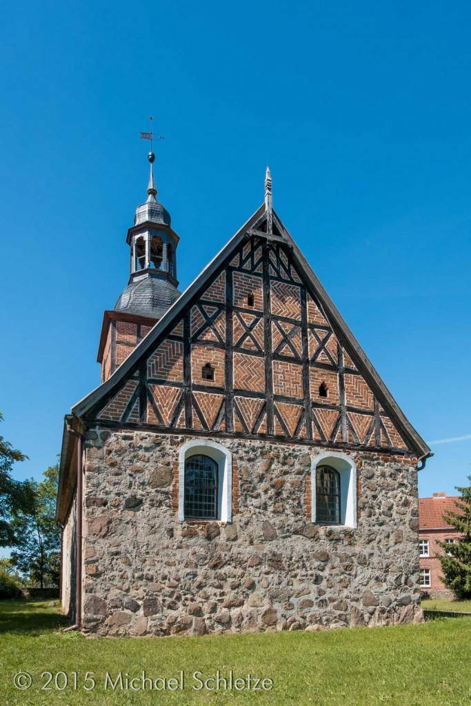Barock überformter kleiner Rechtecksaal mit jüngerem Westturm
