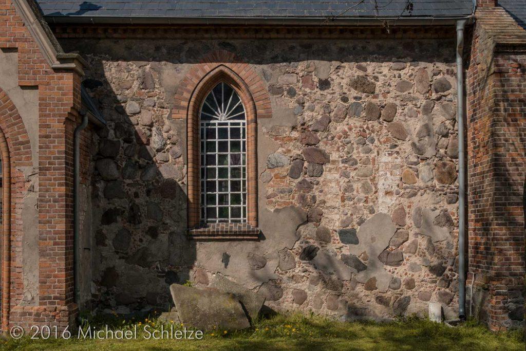 Dorfkirche Wilmersdorf: Vom spätmittelalterlichen Bau blieb nur Mauerwerk an den Seitenwänden und schemenhafte Fensterreste