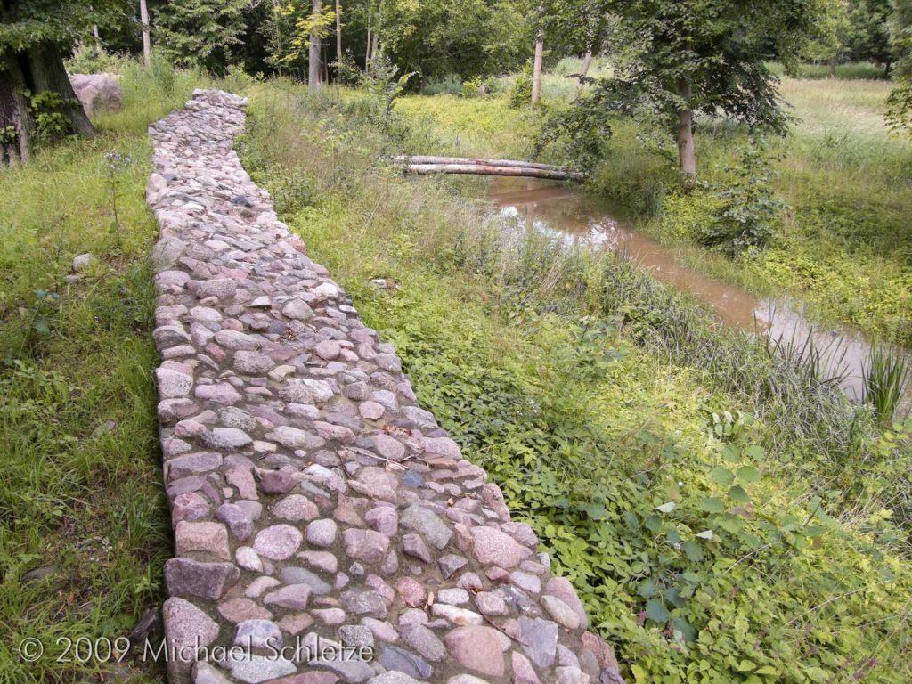Erhaltener Mauerzug im Norden der kleinen Anlage
