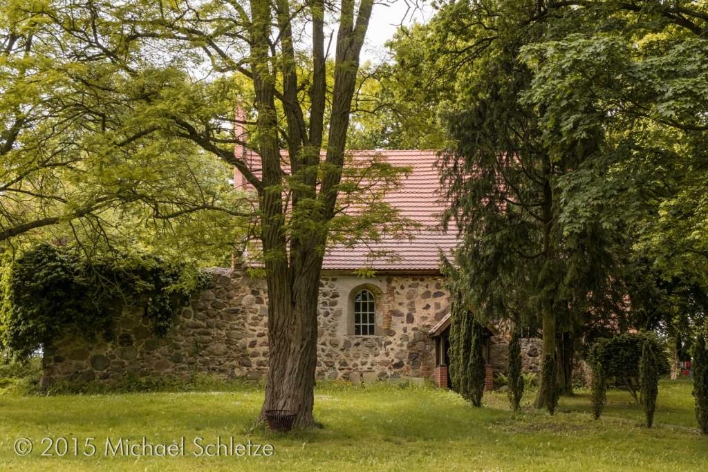 Idyllisch im Grünen umgeben vom früheren Friedhof: Das Gotteshaus in Rosenhagen