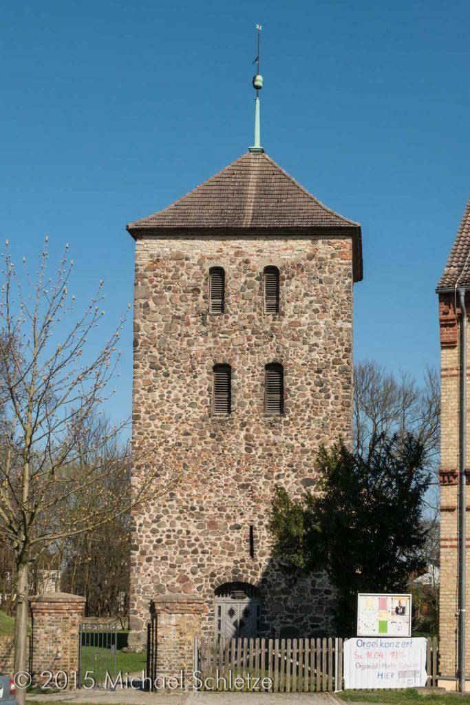 Spätmittelalterlicher Turm mit barockem Feldsteinportal