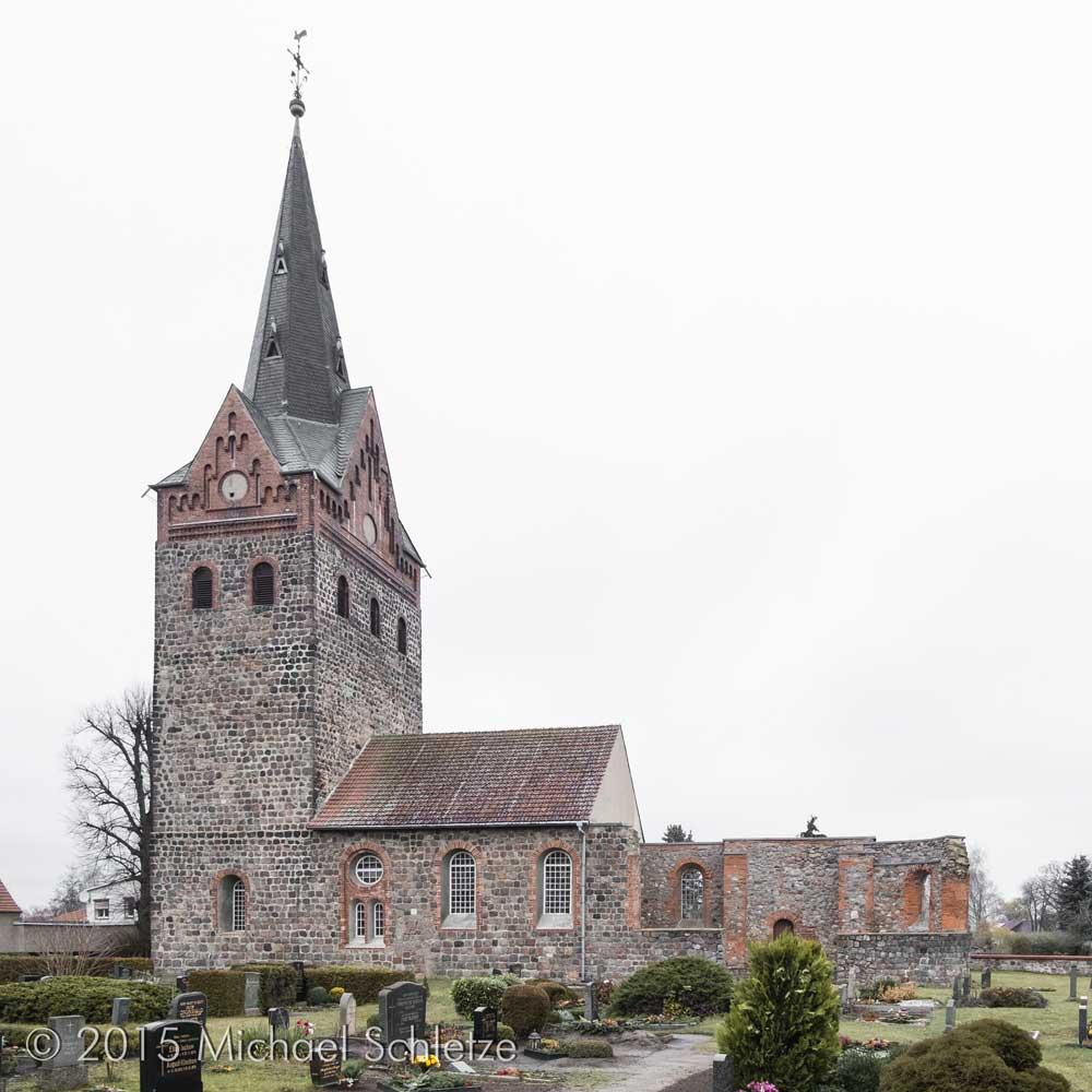 Der letzte Krieg hinterließ eine Ruine: Dorfkirche Schönfeld von Süden