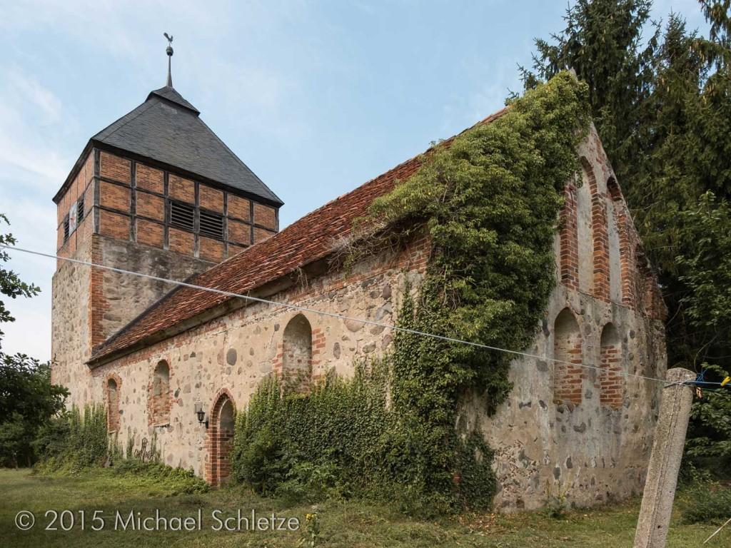 Spätmittelalterlicher Saalbau mit barockem Dachturm: Die Kirche von Tacken