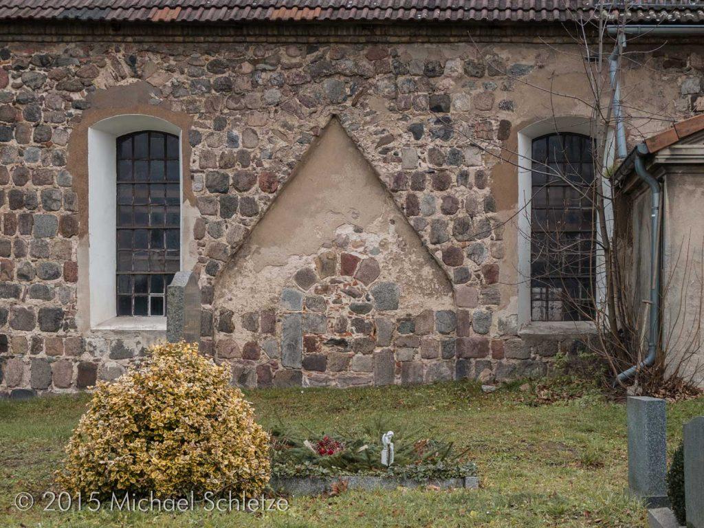 Hier dürfte sich einmal eine Eingangshalle befunden haben, die das jetzt vermauerte Portal verdeckte