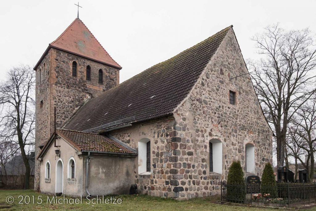 Weesows Dorfkirchen von Südosten. Reste der Dreifenstergruppe sind noch erkennbar