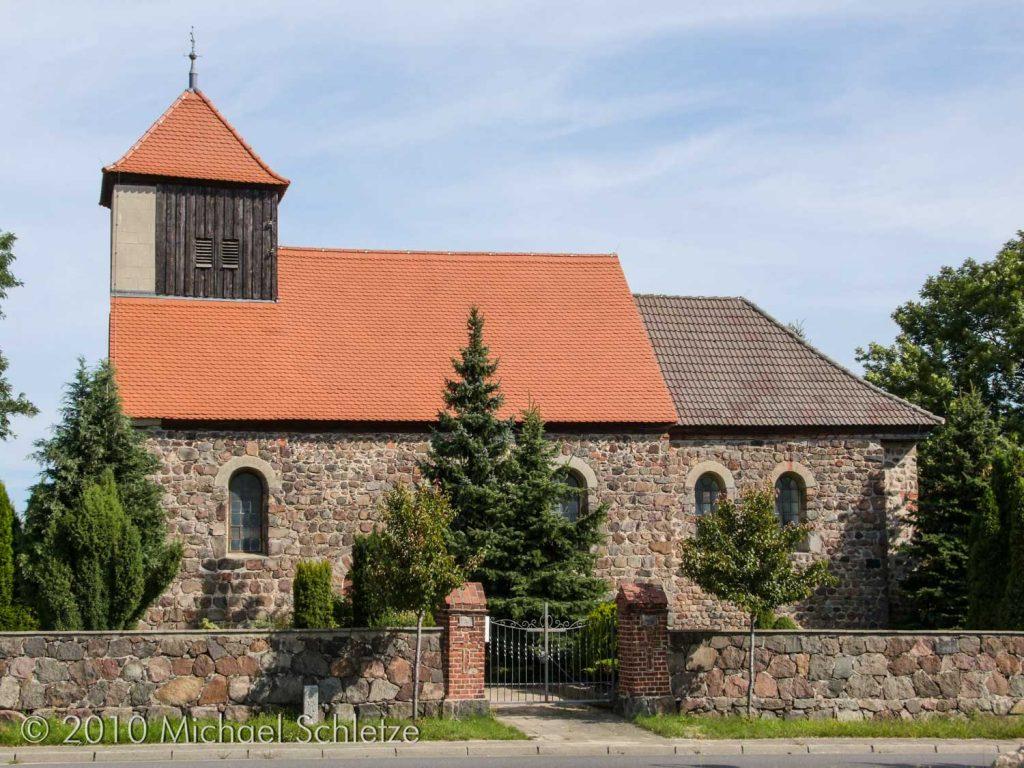 Südseite der Dorfkirche in Benken mit 1869 vergrößerten Fenstern