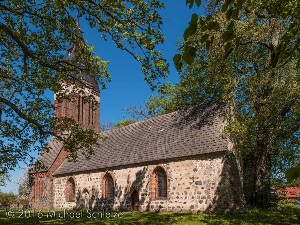 Spätgotisches Kirchenschiff mit neogotischem Westturm: Die Dannenwalder Dorfkirche von Südosten