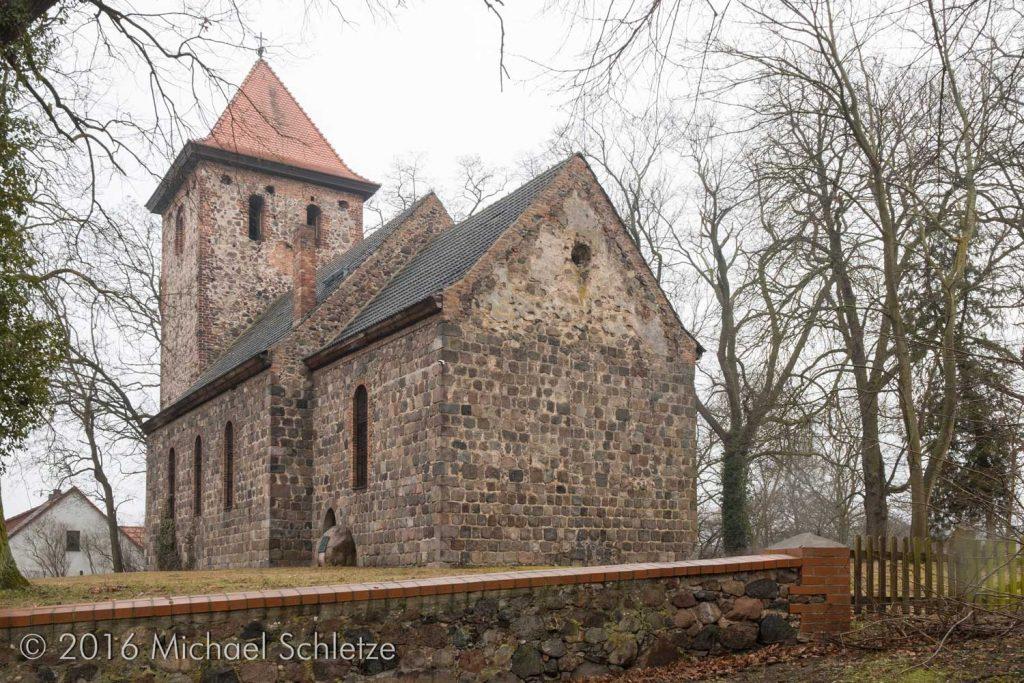 Hermersdorfs Kirche von Südosten: Die Dreifenstergruppe wurde vollständig vermauert