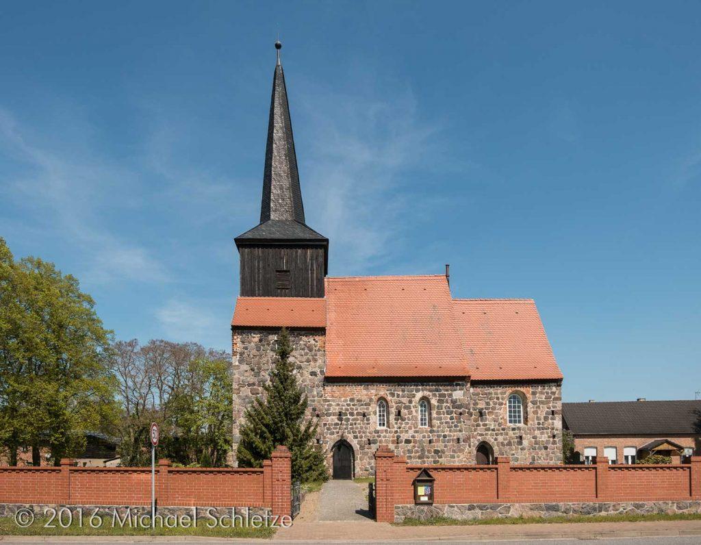 Turm, Schiff und eingezogener Chor: Metzelthins Dorfkirche von Süden
