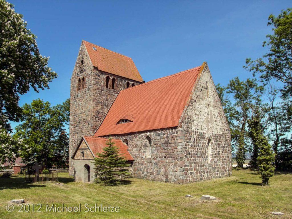 Viel vom ursprünglichen Erscheinungsbild bewahrt: Die Dorfkirche Zernikow von Südosten