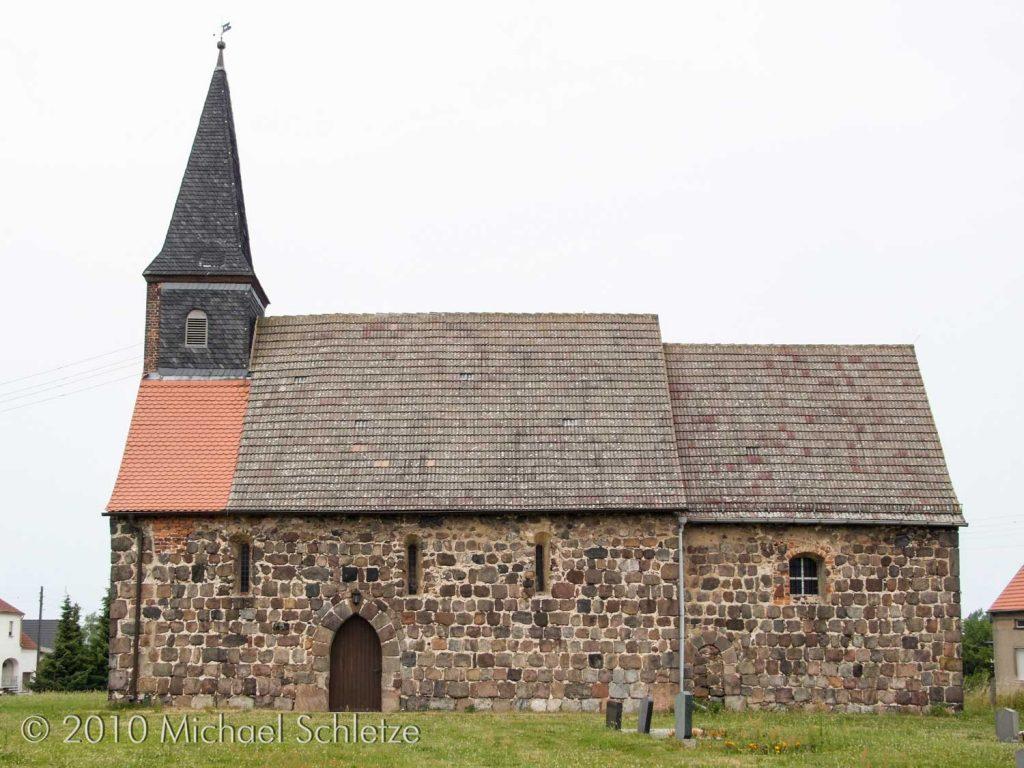 Am wenigsten verändert: Die Südseite mit den ursprünglichen Schiffsfenstern und zwei mittelalterlichen Portalen