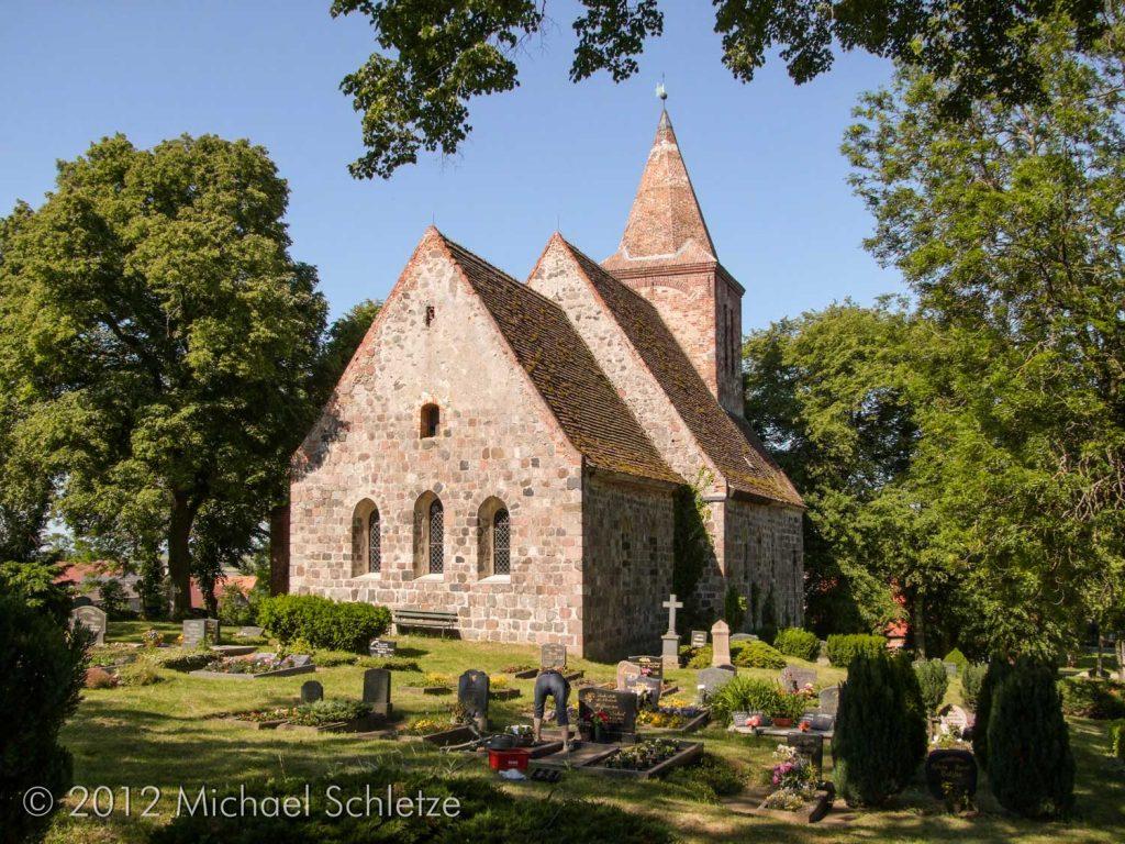 Gelegen am Hang, umgeben vom Friedhof: Zichows Dorfkirche
