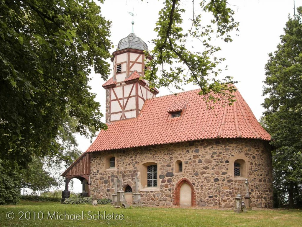 Ein kleiner Rechtecksaal des 13. Jahrhunderts wurde später erweitert und mit einem der seltenen runden Ostabschlüssen versehen