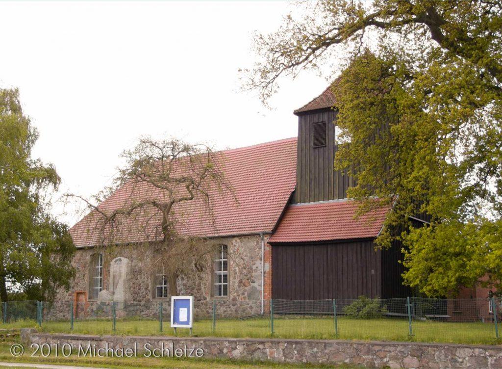 Einfacher Bau aus dem Spätmittelalter plus barockem Holzturm: Die Kirche von Zühlen