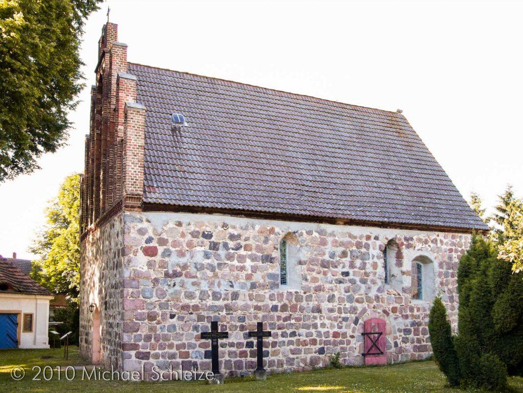 Kleiner Feldsteinsaal mit teilweise unveränderten Fenstern und Portalen: die Dorfkirche Zützen