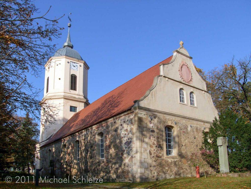 Barockzeitliche sehr stark umgeformt: Dorfkirche Zützen von Südosten