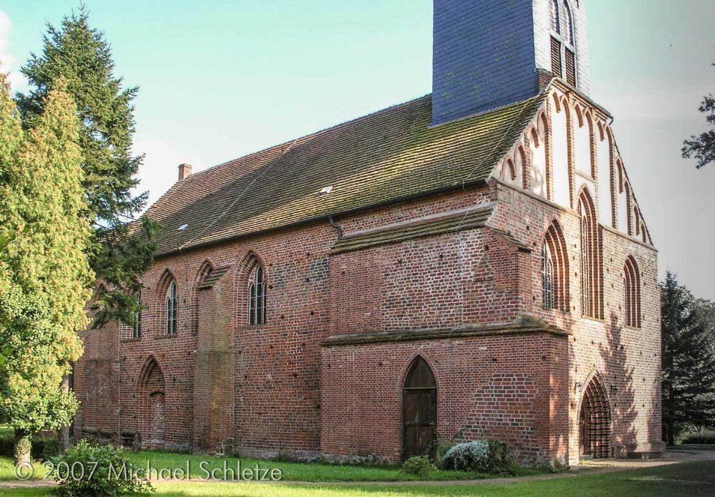 Nordseite der Stepenitzer Stiftskirche. Hier setzte früher die Klausur an