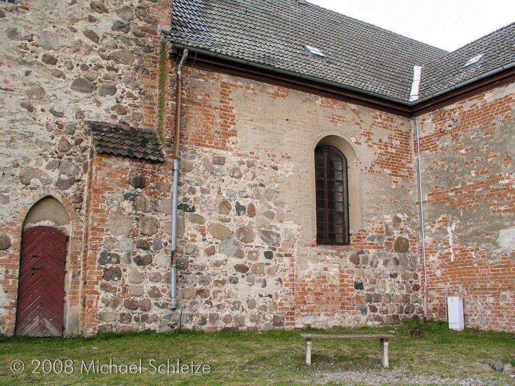 Drei Bauphasen, vom Hochmittelalter bis zum Barock, spiegeln sich im Mauerwerk der Kirche