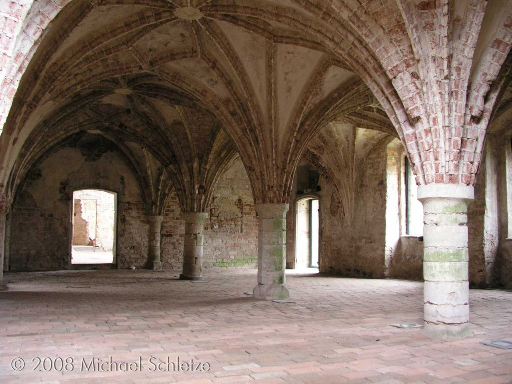 Zisterzienserinnenkloster Altfriedland: Erhaltenes Refektorium mit von Säulen getragenem Sterngewölbe