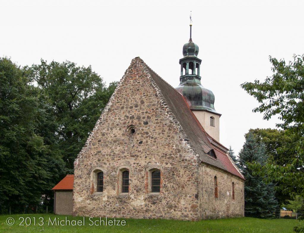 Umgeben vom früheren Friedhof: Dorfkirche in Bronkow