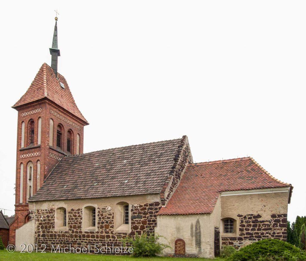 Raseneisenstein und neuzeitliche Ziegel: Dorfkirche Gruhno von Süden