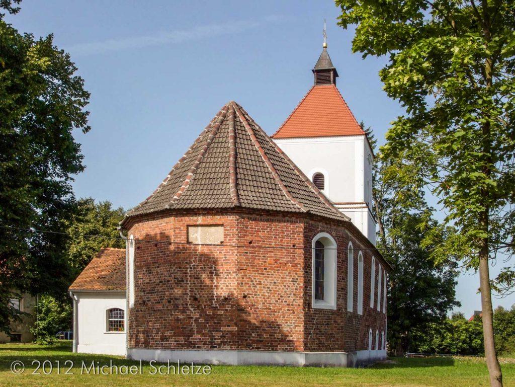Der polygonale Ostschluss ist neuzeitlich wie auch Turm und Südanbau