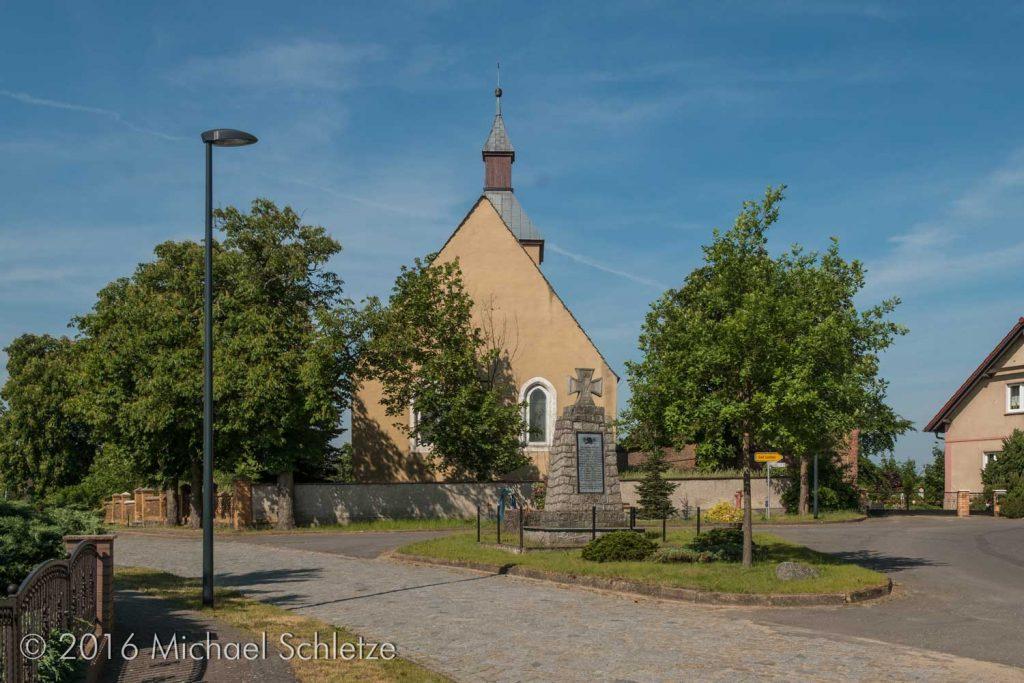Dorfkirche Leibchel leicht erhöht im Ort