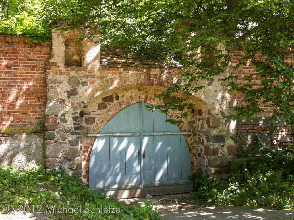 Verbindung zwischen Herrensitz und Kirchhof: Das spätmittelalterliche Friedhofsportal im Norden