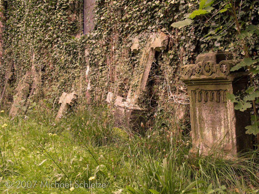 Alte Grabsteine auf der Nordseite der Kirche