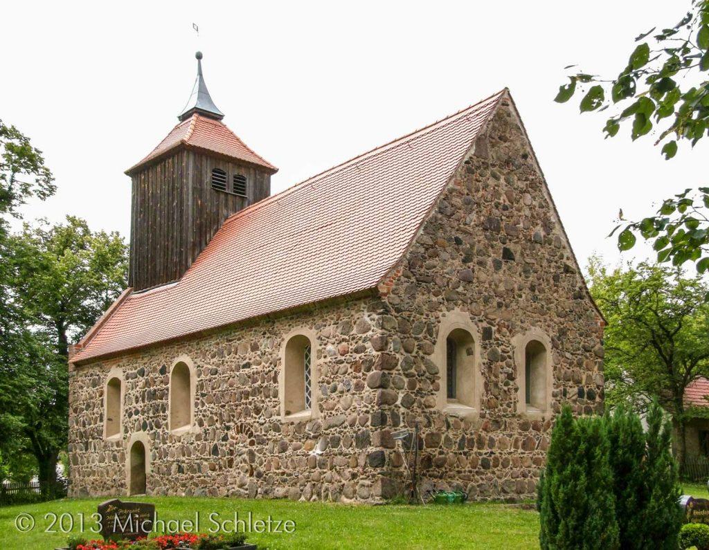 Blick von Südosten: Dachturm und vergrößerte Fenster sind barockzeitliche Hinterlassenschaften
