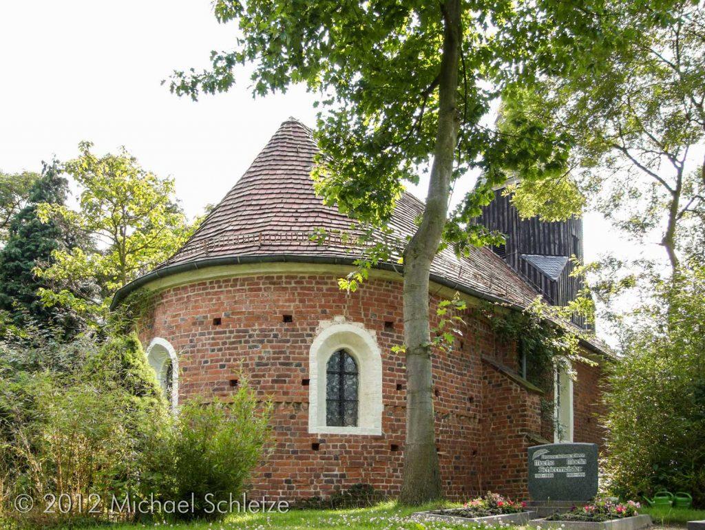 Backsteinbau aus dem Hohen Mittelalter: Dorfkirche von Saxdorf von Nordost