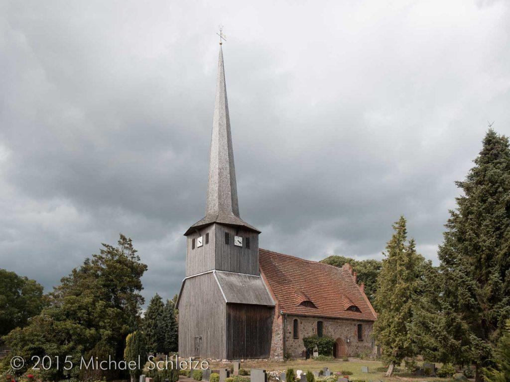 Vom Friedhof umgeben mit markantem Holzturm im Westen: Die Dorfkirche in Suckow