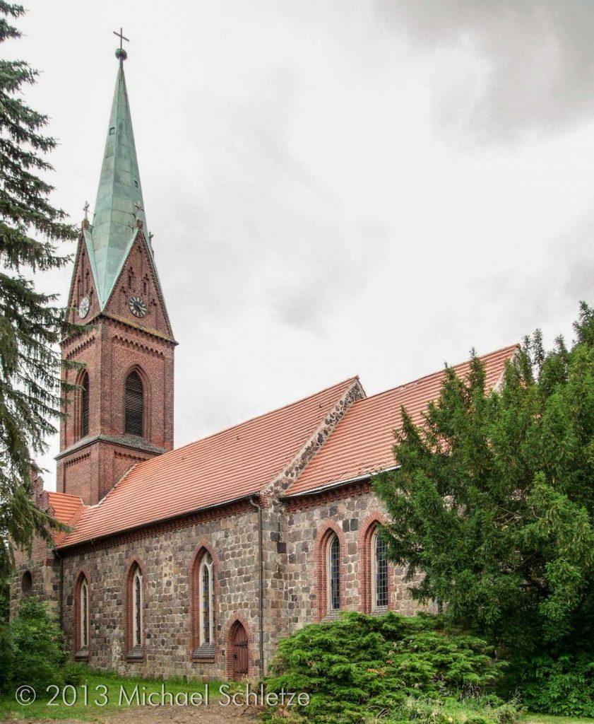 Bis auf wenige Reste von Fenstern und Portalen neogotisch überformt: Südseite