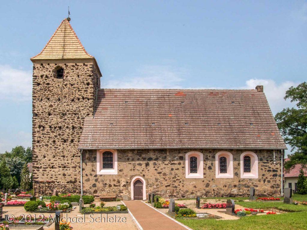 Nach Zerstörungen im Dreißigjährigen Krieg wiederaufgebaut: Wiederaus Dorfkirche von Süden