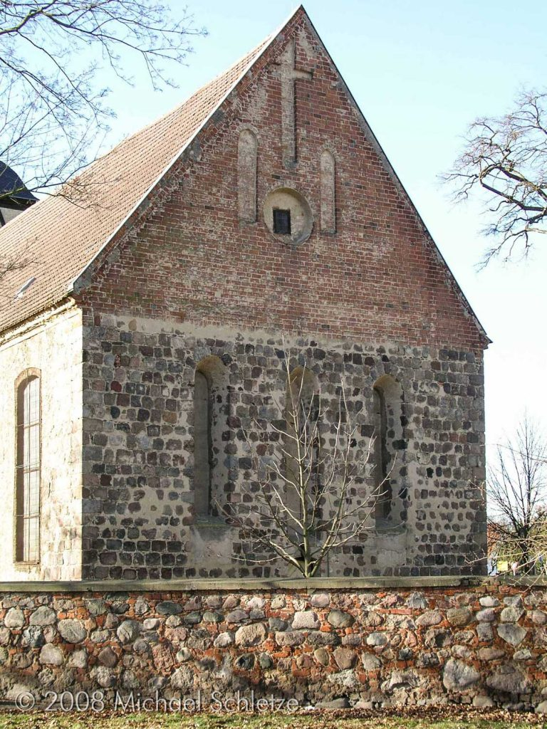 Die Dreifenstergruppe der Ostwand als eins der letzten mittelalterlichen Details