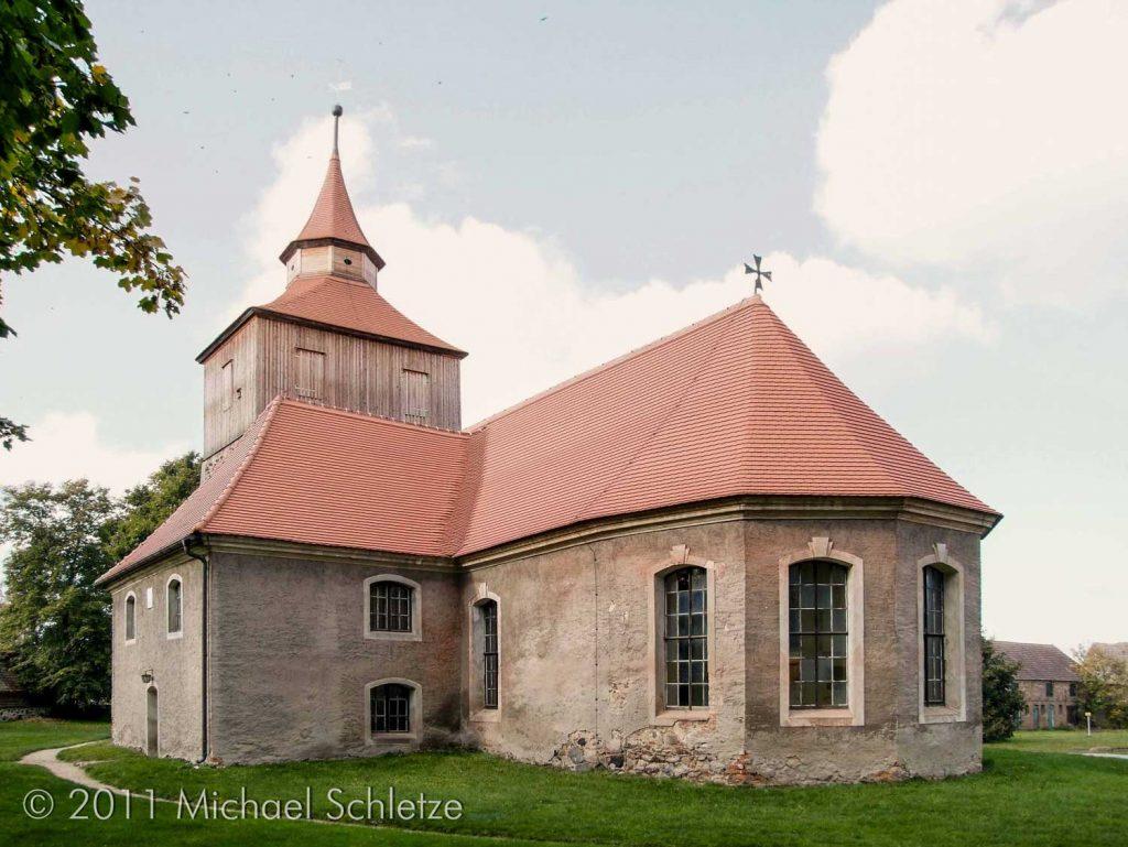 Um 1700 mit Fünfseitenschluss und Patronatsloge barock umgestaltet: Die Dorfkirche von Großjehser