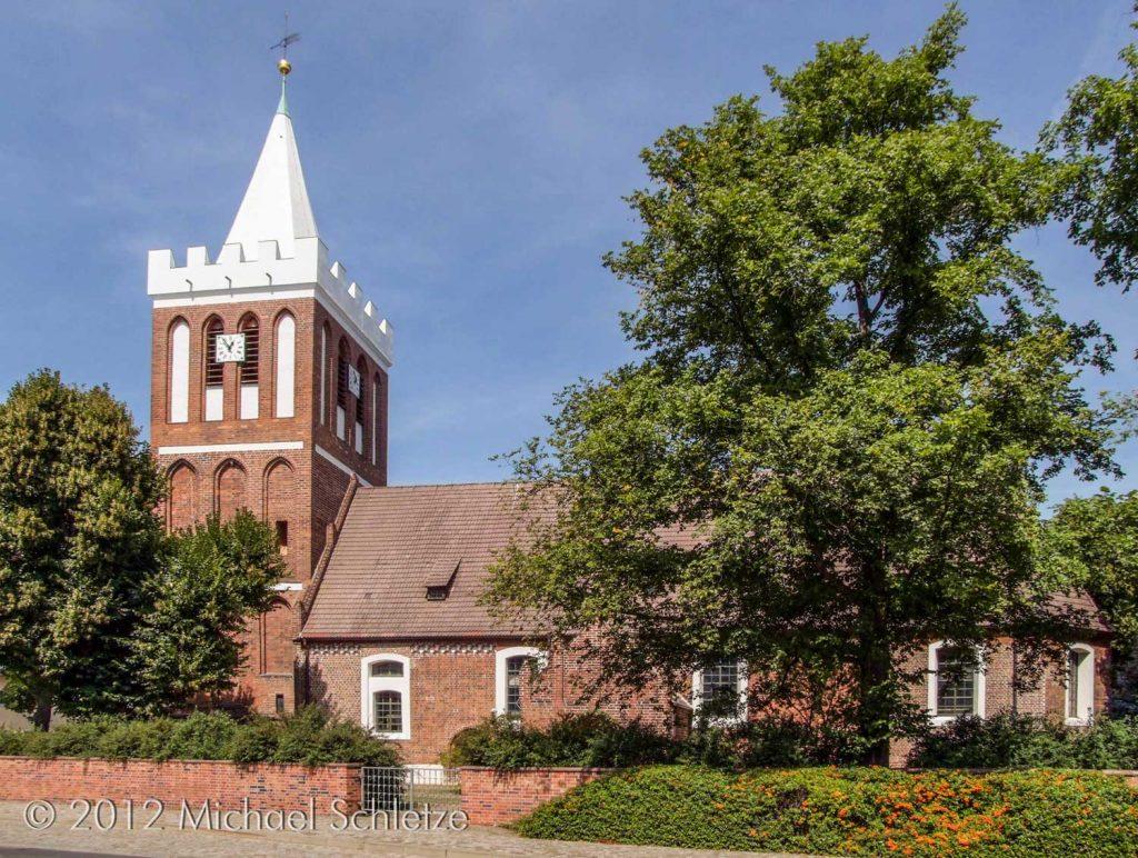 Dorfkirche Werben von Süden: Spätmittelalterlicher Backsteinbau, barock nach Osten erweitert