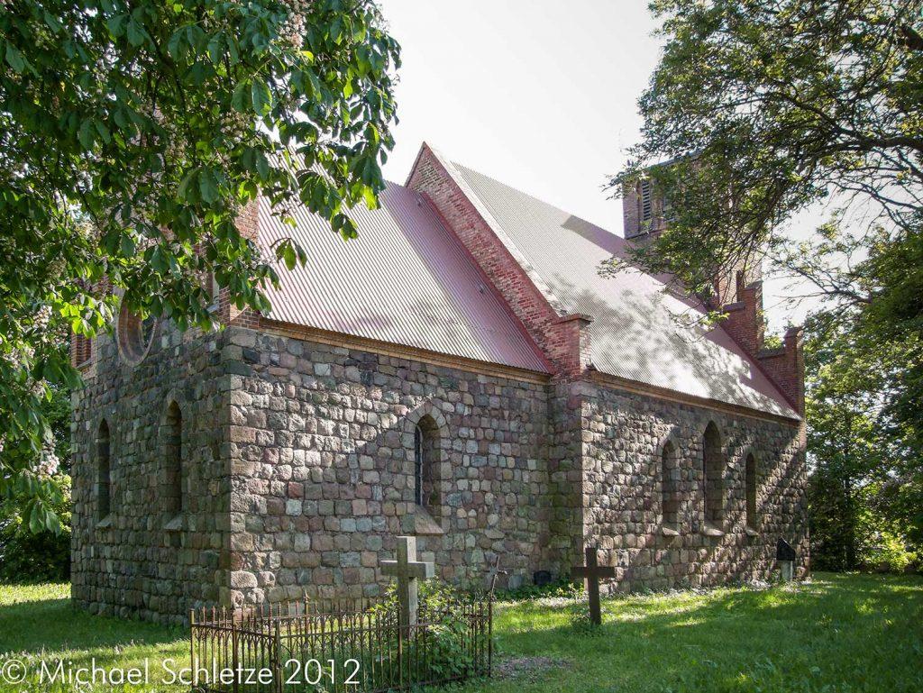 Saal mit eingezogenem Chor: Die Dorfkirche von Weselitz