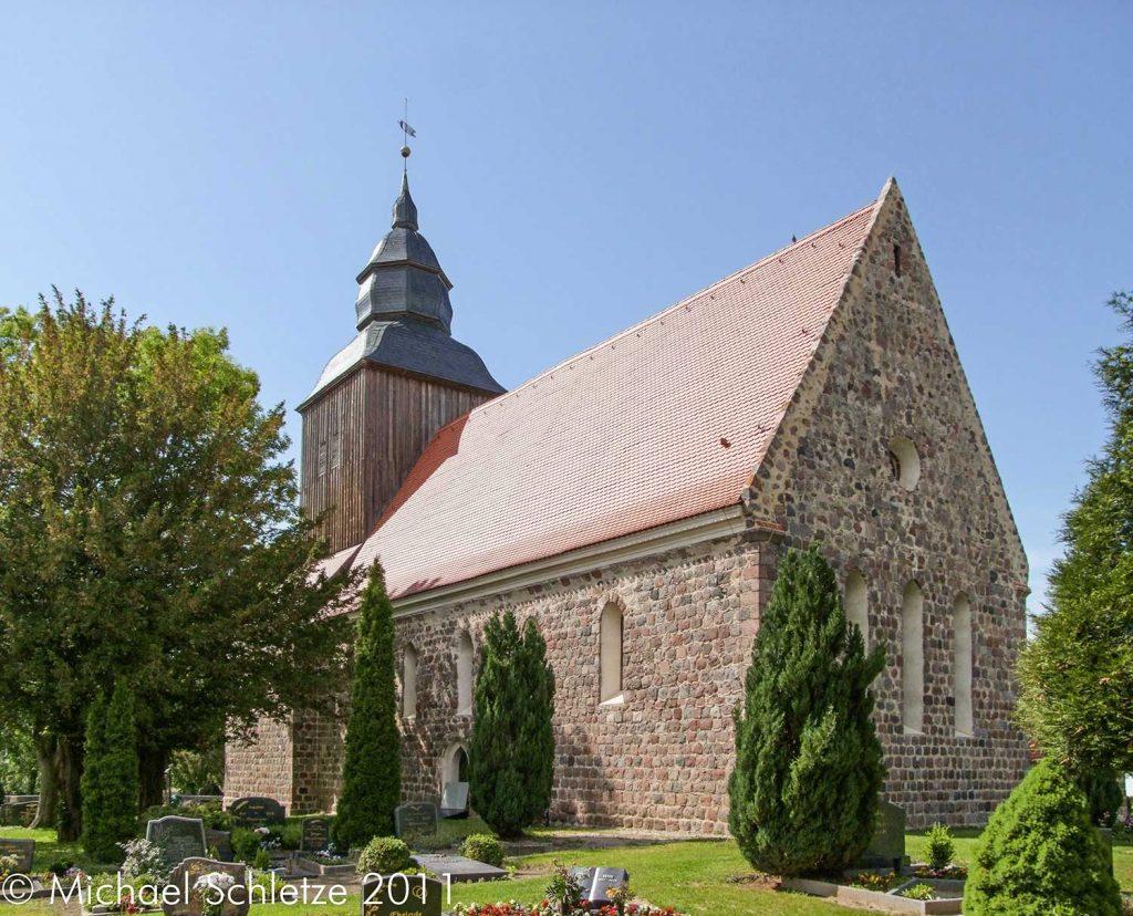 Umgeben vom Friedhof: Das Göritzer Gotteshaus von Südosten