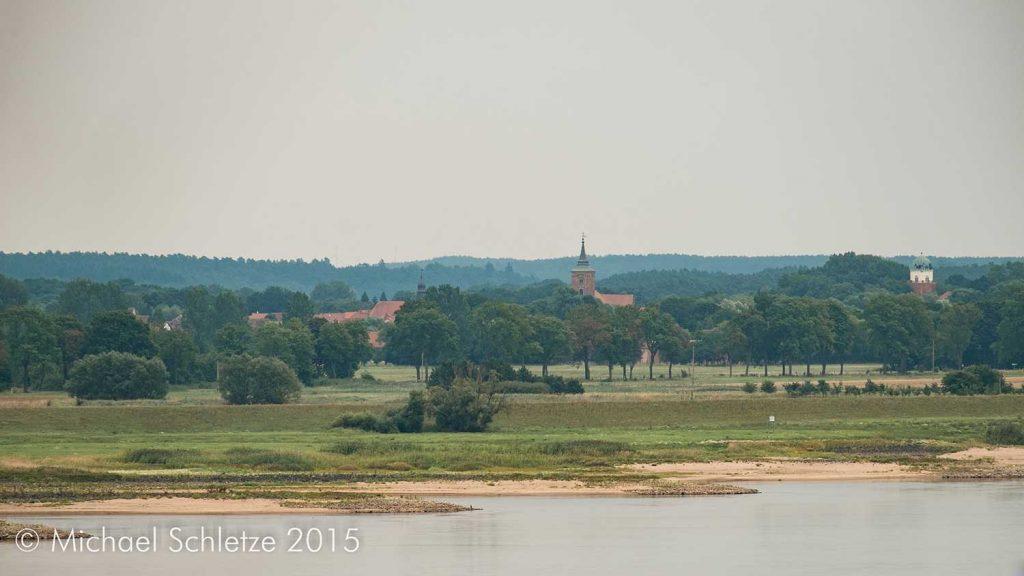 Lenzen. Blick vom Höhbeck über die Elbe auf die Stadt