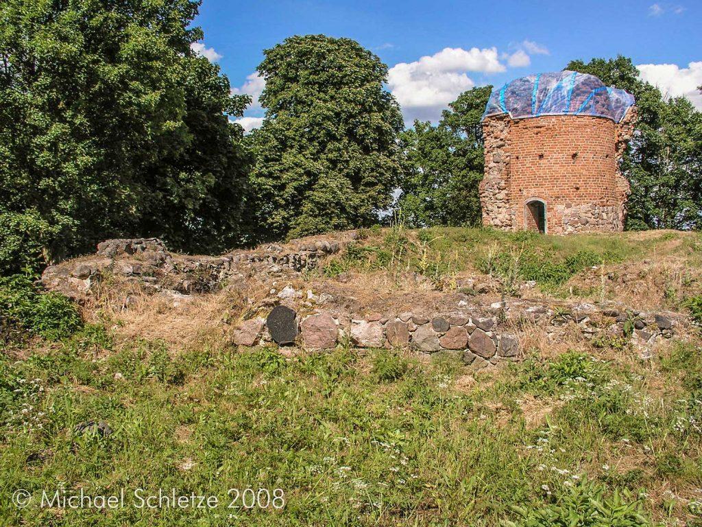 Blick zum Rundturm in der Nordostecke der Burganlage