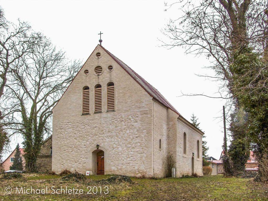 Im Kern ein mittelalterlicher Feldsteinbau: Die Kirche von Biesdorf von Südwesten