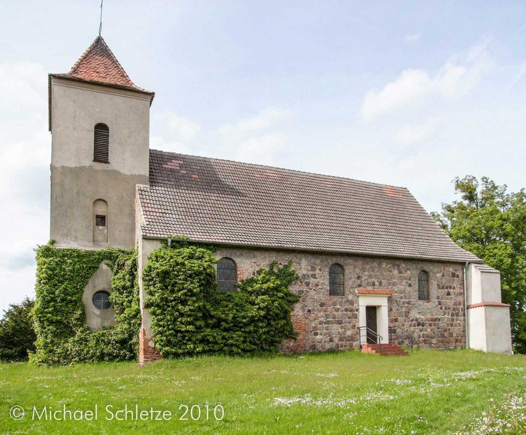 Auf einem Hügel über dem Dorf: Die kleine Kirche von Haselberg