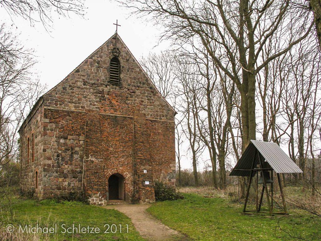 Außerhalb des Dorfs auf einem Hügel: Die Kirche von Grunow
