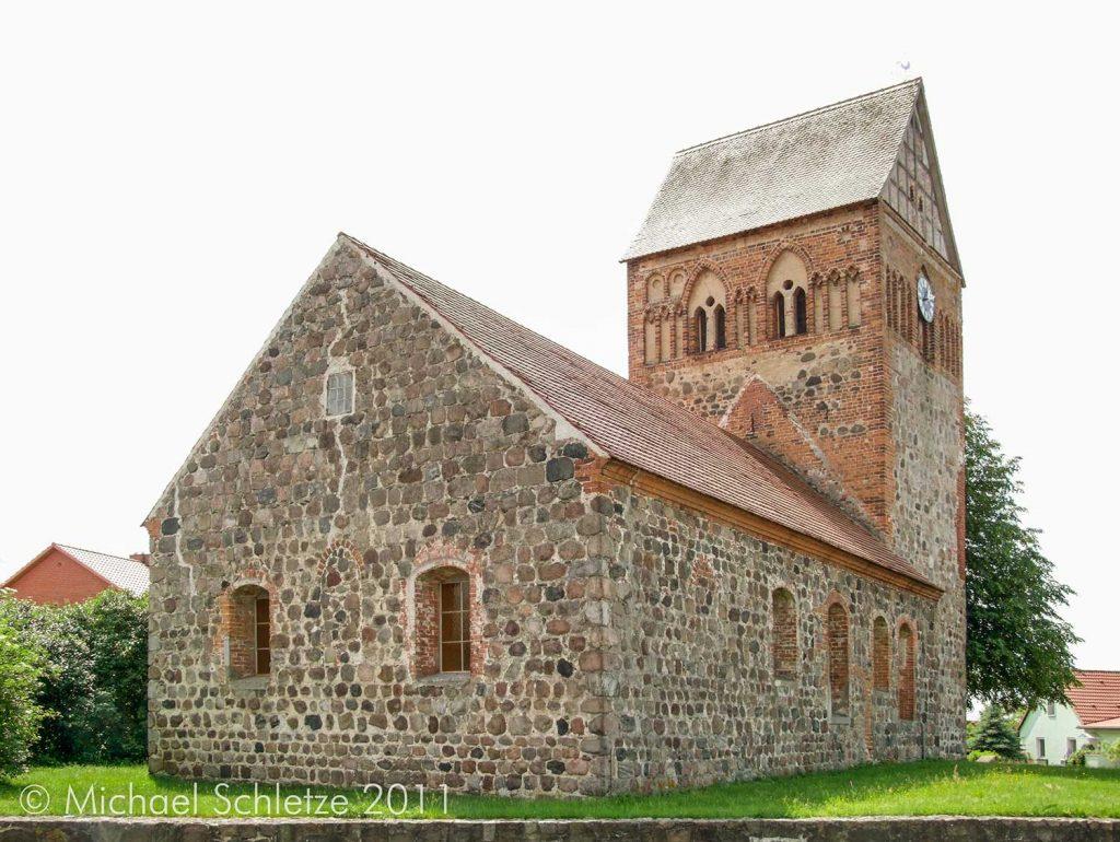 Deutliche Unterschiede in der Mauerwerksqualität zwischen Schiff und Turm sprechen für unterschiedliche Entstehungszeiten
