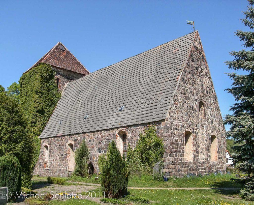 Görlsdorfs Kirche von Südosten: Die seitlichen Fenster wurden barockzeitlich mit Stichbogenabschlüssen versehen
